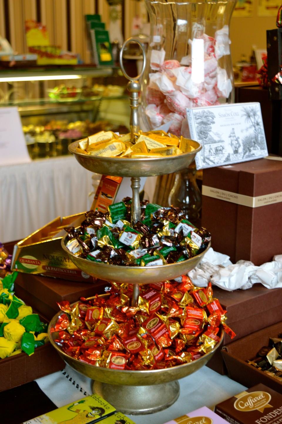 Bunte Schokoladenmischung im Salon du Cacao auf den Lieblingsflecken