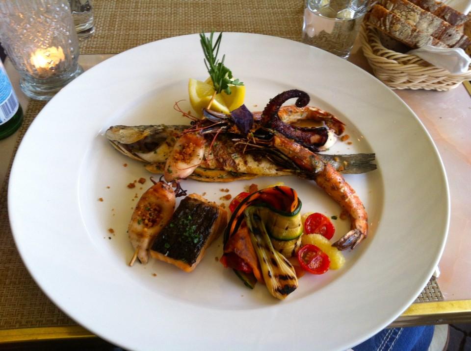 Geheimtipp: Gegrillter Fisch zum Wochenende im Restaurant Carcani